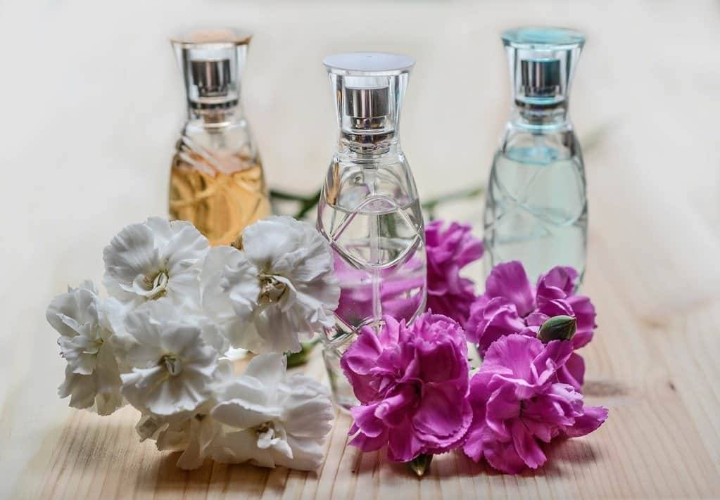 Cleaning the bathroom with aromatics
