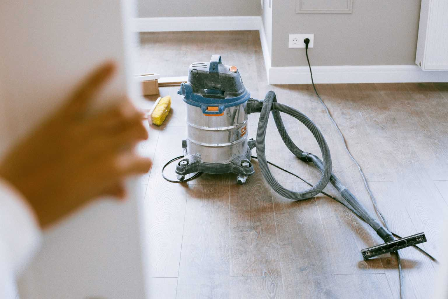 Wet dry vac ready to use to clean the wooden floors